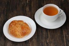 Круасант и чай стоковое изображение rf