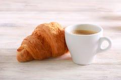 Круасант и чашка кофе стоковое изображение rf