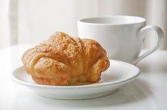 Круасант и чашка кофе Стоковое Изображение