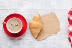 круасант кофе свежий Стоковая Фотография RF