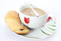 Круасант с кофе на белой предпосылке Стоковые Изображения RF