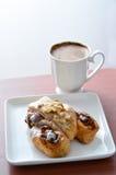 Круассаны в белых плите и кофе Стоковое Изображение RF