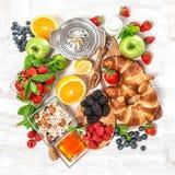 Круассаны завтрака, muesli, свежие ягоды, плодоовощи Здоровое foo стоковые изображения