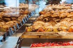 Круассаны изменений и другие печенья увиденные через showca Стоковая Фотография