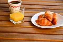 Круассаны, свежий сок и кофе стоковые фото