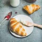 Круассаны с вареньем поленики, сыром рикотты и молоком в бутылке Стоковые Фото