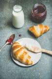 Круассаны с вареньем поленики, сыром рикотты и молоком Стоковые Фото