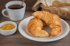 Круассаны с кофейной чашкой и вареньем плодоовощ стоковые изображения