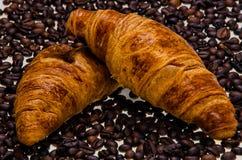 Круассаны с кофейными зернами стоковые изображения