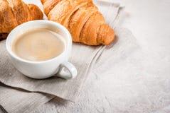 Круассаны с чашкой кофе Стоковые Изображения