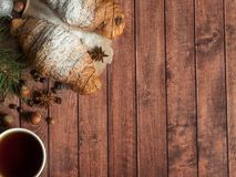 Круассан завтрака рождества на салфетке деревянное предпосылки темное Космос экземпляра украшений рождества стоковое фото rf