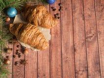 Круассан завтрака рождества на салфетке деревянное предпосылки темное Космос экземпляра украшений рождества стоковые фото