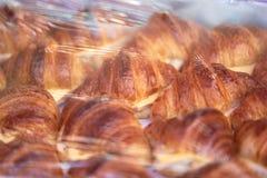 Круассан, закуска в пластичной крышке для продажи стоковое изображение rf