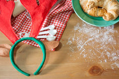Круассан испек для подарка рождества на деревянной предпосылке Стоковое Изображение