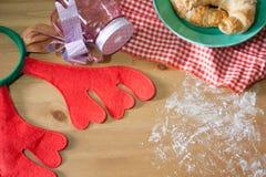Круассан испек для подарка рождества на деревянной предпосылке Стоковые Изображения