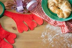 Круассан испек для подарка рождества на деревянной предпосылке Стоковые Изображения RF