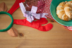 Круассан испек для подарка рождества на деревянной предпосылке Стоковое фото RF