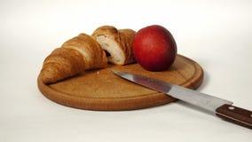 Круассан и персик на доске стоковые фотографии rf