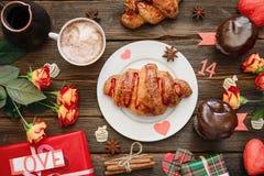 Круассан служил для завтрака на деревянном столе, подарка праздника Стоковое Изображение