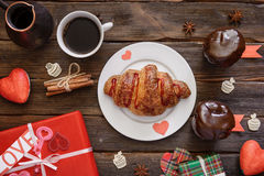 Круассан служил для завтрака на деревянном столе, подарка праздника Стоковые Фото