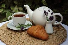 Круассан, чай и ваза с лавандой на таблице i Стоковое Изображение RF