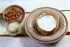 Круглая белая дегустация сыра на деревянной предпосылке изображение взгляд сверху с космосом экземпляра, комплектом стоковые фото