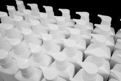 Круглая белая пластичная бутылка с насосом распределителя для жидкостного мыла, Стоковое Фото