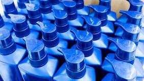 Круглая голубая пластичная бутылка с насосом распределителя для жидкостного мыла, s Стоковое Изображение