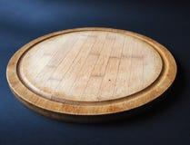 Круглая деревянная разделочная доска стоковое изображение rf