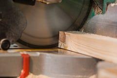 Круглая пила с деревянной балкой и измеряя масштабом стоковое фото rf