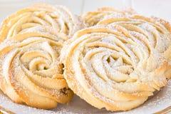 Круглая плита белизны формы роз печений shortbread Белое backgroun Стоковая Фотография RF