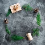Круглая рамка сделанная подарочной коробки рождества, ветви дерева зимы и конусов сосны на темной таблице Новый Год состава Плоск Стоковая Фотография