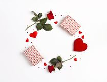 Круглая рамка сделанная розовых цветков, подарков и декоративных сердец на белой предпосылке valentines st сердца дня предпосылки стоковое фото