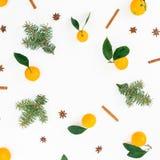 Круглая рамка сделанная цитруса с листьями, циннамоном и ветвями ели на белой предпосылке Плоское положение Взгляд сверху Стоковое Фото