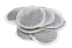 Круглые бумажные мешки с сухой макросом зеленого чая изолированным кучей стоковая фотография rf