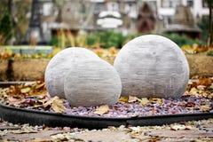 Круглые каменные шарики как дизайн ландшафта в парке стоковое изображение rf