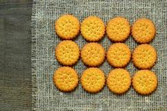 Круглые очень вкусные солёные печенья шутих на предпосылке ткани мешковины Кудрявая выпечка Классическая концепция закуски стоковое фото rf