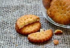 Круглые очень вкусные солёные печенья шутих на предпосылке ткани мешковины Кудрявая выпечка Классическая концепция закуски стоковая фотография rf