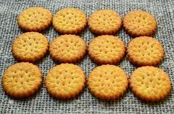 Круглые очень вкусные солёные печенья шутих на ткани мешковины как предпосылка Кудрявая выпечка Классическая концепция закуски стоковые изображения rf
