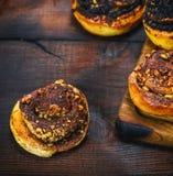 Круглые сладостные плюшки с циннамоном и грецким орехом Стоковая Фотография RF
