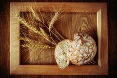 Круглые хлеб и колоски Стоковая Фотография RF