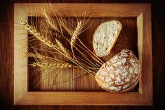 Круглые хлеб и колоски Стоковое Фото