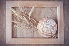 Круглые хлеб и колоски Стоковая Фотография