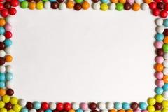 Круглые Bonbons шоколада покрытые с покрашенной поливой на белой предпосылке Взгляд сверху скопируйте космос Стоковая Фотография