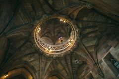 Круглый декоративный элемент на потолке стоковое фото rf