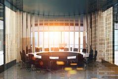 Круглый деревянный тонизированный конференц-зал Стоковое Фото