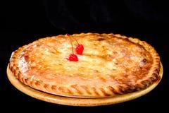 Круглый домодельный очень вкусный пирог вишни на деревянной доске, темном backgr Стоковое фото RF
