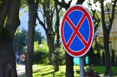 Круглый дорожный знак с Красным Крестом на голубой предпосылке Знак значит запрет автостоянки Стоковые Изображения