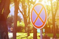 Круглый дорожный знак с Красным Крестом на голубой предпосылке Знак значит запрет автостоянки Стоковая Фотография RF