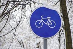 круглый знак майны велосипеда против ветвей дерева Стоковая Фотография